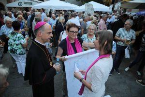 Susanne Öttinger (rechts) und Angelika Goj von der Katholischen Arbeitnehmer-Bewegung (KAB) überreichten Bischof Dr. Franz Jung eine Rolle mit Unterschriften von Frauen und Männern, die unter anderem Gleichberechtigung in der Kirche einfordern.