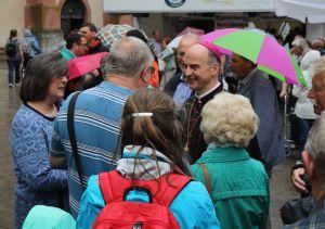 Trotz des regnerischen Wetters lässt es sich Bischof Dr. Franz Jung nicht nehmen, mit den Gläubigen der Dekanate Bad Kissingen, Hammelburg, Haßberge, Schweinfurt-Nord und -Süd sowie der Stadtpfarrei Schweinfurt ins Gespräch zu kommen.