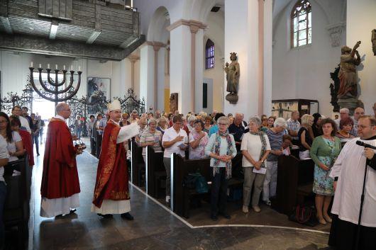Bischof Dr. Franz Jung feierte am Mittwochabend, 10. Juli, einen Pontifikalgottesdienst mit Gottesdiensthelfern aus dem ganzen Bistum. Eine Begegnung auf dem Kiliansplatz schloss sich an.