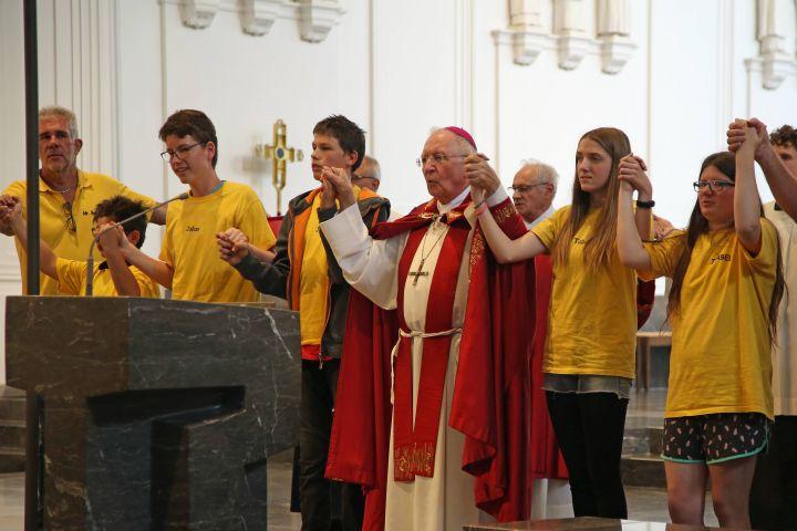 Mit rund 800 Kindern, Jugendlichen und ihren Betreuern feierte Weihbischof Boom - hier mit Kindern von der Leo-Weismantel-Schule in Karlstadt - eine Wort-Gottes-Feier am Kiliani-Tag der Förderschulen.