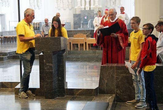 Kinder von der Leo-Weismantel-Schule in Karlstadt gestalten die Kyrie-Rufe und lesen die Fürbitten vor.