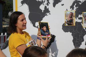 Susanne Zander vom Kindermissionswerk stellt Not leidende Kinder vor, denen die Sternsinger bereits helfen konnten.