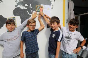 Sie haben ihren Fragebogen am schnellsten beantwortet (von links): Moritz, Julien, David und Leon. Über Salma aus Indien erfuhren sie, dass Salma endlich in die Schule gehen kann.