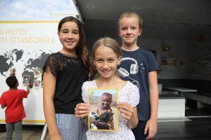 Maresa, Paula und Laura (von links) lernten Aweet aus Kenia genauer kennen.
