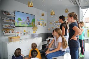 Über einen Animationsfilms erfahren die Viertklässler alles Wichtige zu den weltweiten Kinderrechten.