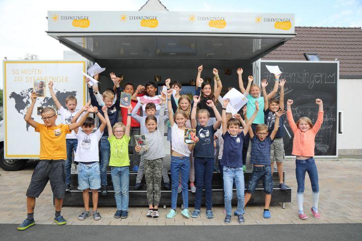 Das Sternsingermobil des Kindermissionswerks macht Halt an der Grundschule Theilheim.