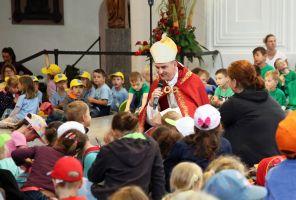 Mit Kindergartenkindern aus der Region Main-Spessart feiert Bischof Dr. Franz Jung eine Wort-Gottes-Feier im Dom.