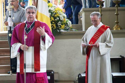 Domkapitular Clemens Bieber (links) und Diakon i. R. Erich Höfling begrüßen die Kinder in der Pfarrkirche Sankt Burkard.