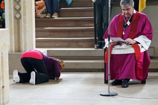 Liturgiereferentin Ruth Weisel auf der Suche nach dem verborgenen Schatz - vielleicht unter dem Stuhl von Domkapitular Clemens Bieber?