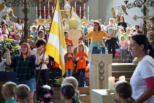 Die Kiiani-Wallfahrt für die Kindergartenkinder begann mit einer Statio in Sankt Burkard.