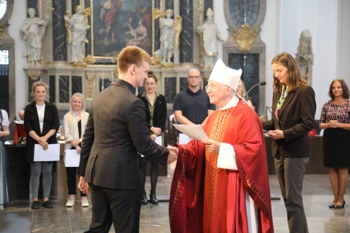 Insgesamt 43 Religionslehrer nahmen wie Gabriel Sauter aus Dettelbach aus den Händen von Weihbischof Ulrich Boom die Urkunde über die Missio canonica entgegen.