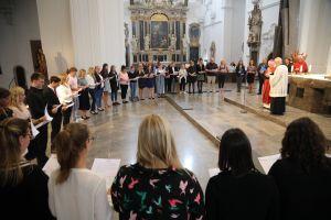 38 Frauen und fünf Männern hat Weihbischof Ulrich Boom im Auftrag von Bischof Dr. Franz Jung am Freitagabend, 12. Juli, beim Kiliani-Tag der Verantwortlichen in Erziehung und Schule die Missio canonica verliehen.