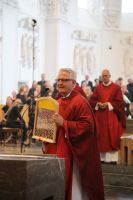 Als Dankeschön für sein jahrelanges Engagement als Schulreferent erhielt Domdekan Prälat Günter Putz am Ende des Gottesdiensts von Religionslehrern ein von ihnen gestaltetes kleines Kirchenfenster.