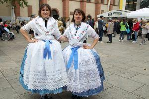 Christina Zippert (links) und Monika Kaupa tragen die Tracht der Banater Schwaben.
