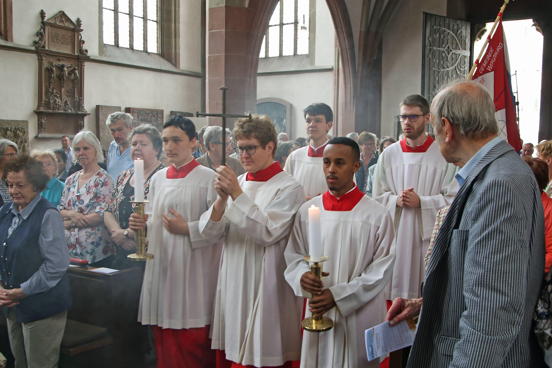 Mit mehr als 200 Gläubigen feierte Weihbischof Ulrich Boom in der Marienkapelle den Kiliani-Gottesdienst für Aussiedler und Vertriebene. Beim Einzug wurde das Nagelkreuz vorangetragen.