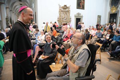 Viel Zeit nahm sich Bischof Dr. Franz Jung im Anschluss an den Kiliani-Gottesdienst für kranke und behinderte Menschen für die persönliche Begegnung.