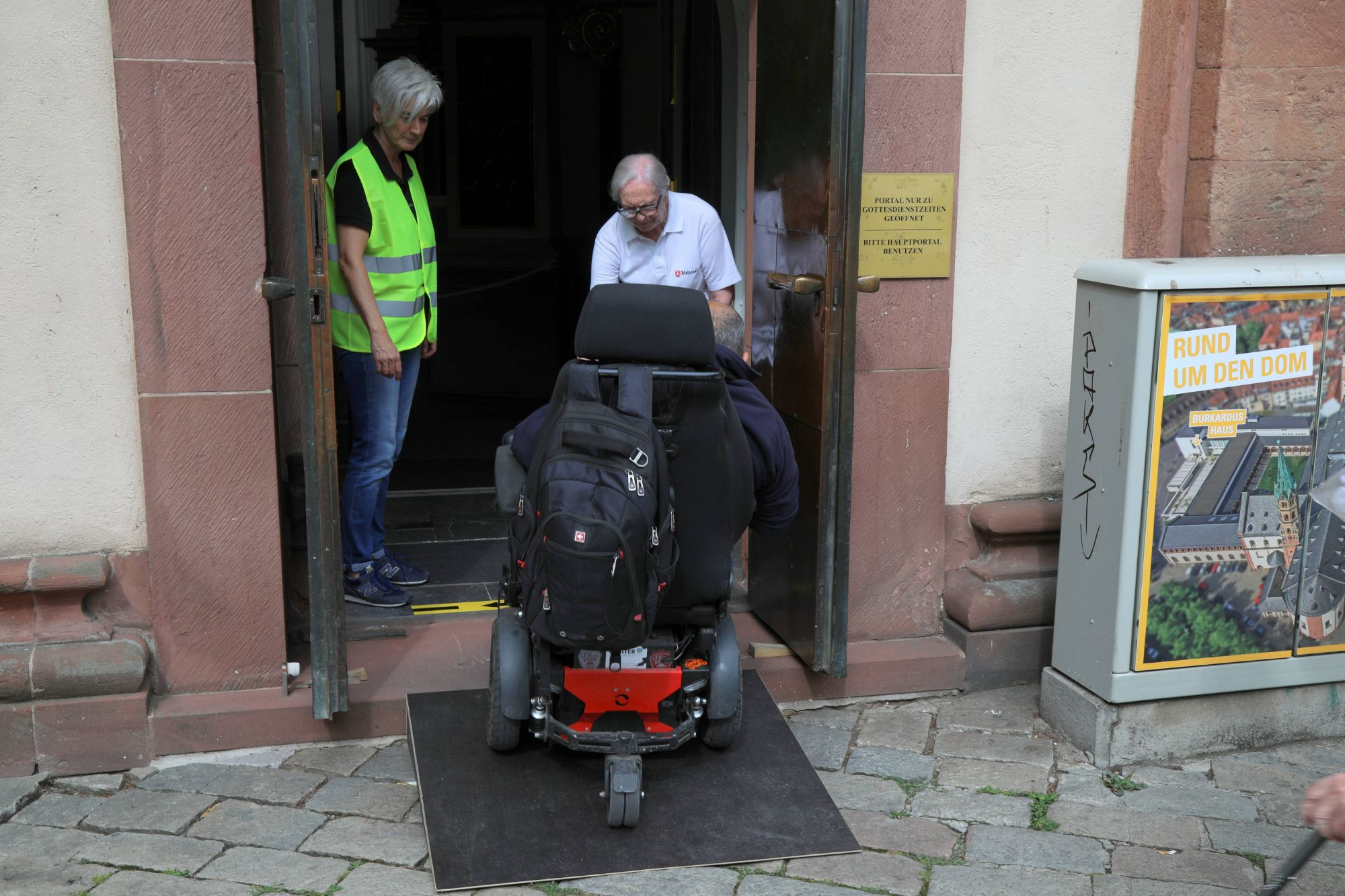 Bischof Dr. Franz Jung feierte am Kiliani-Tag für alte, kranke und behinderte Menschen einen Pontifikalgottesdienst im Dom. Viele Helfer waren an diesem Tag im Einsatz.