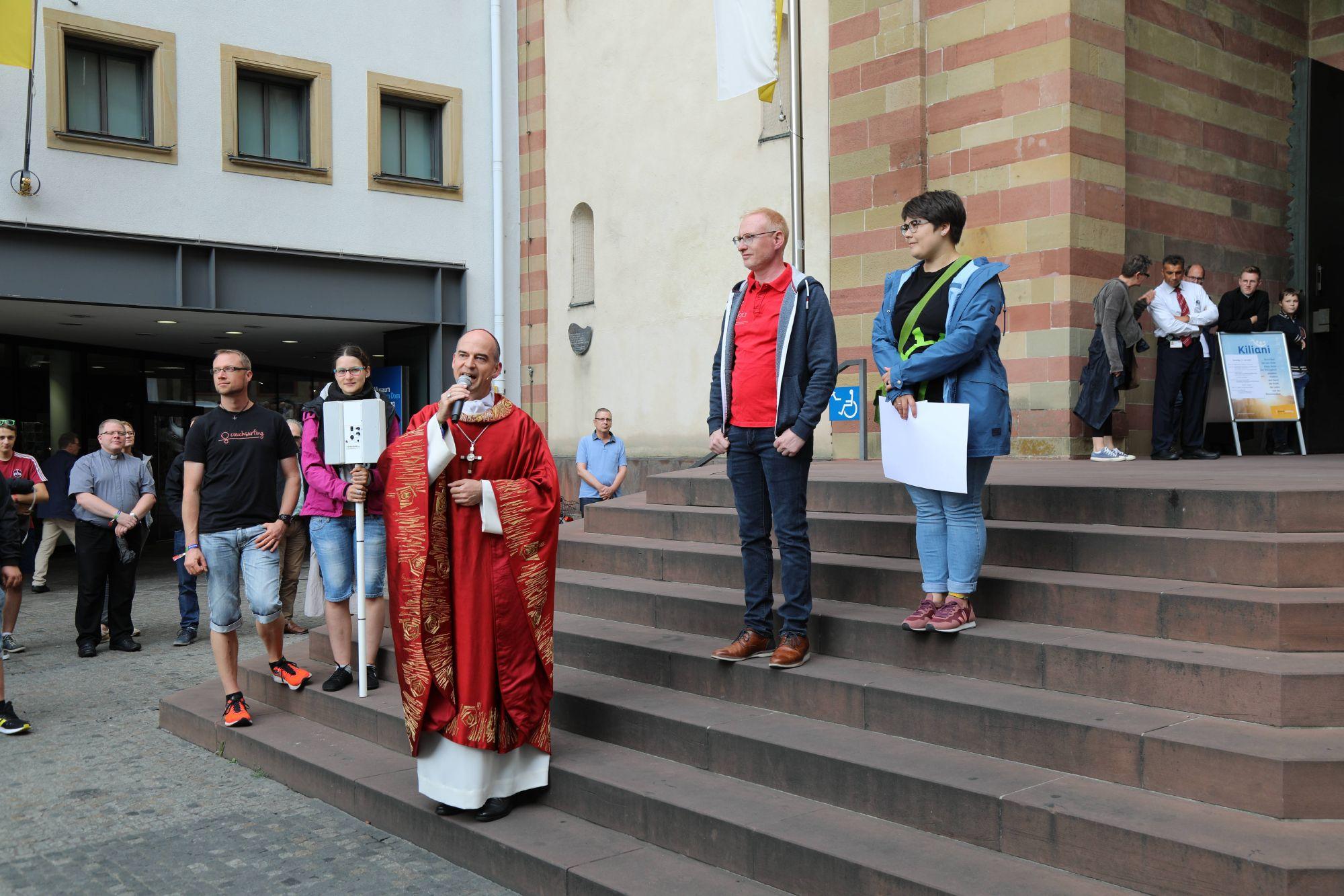 Bischof Dr. Franz Jung, Diözesanjugendseelsorger Stephan Schwab und BDKJ-Diözesanvorsitzende Christina Lömmer begrüßten die Jugendlichen auf dem Domvorplatz.