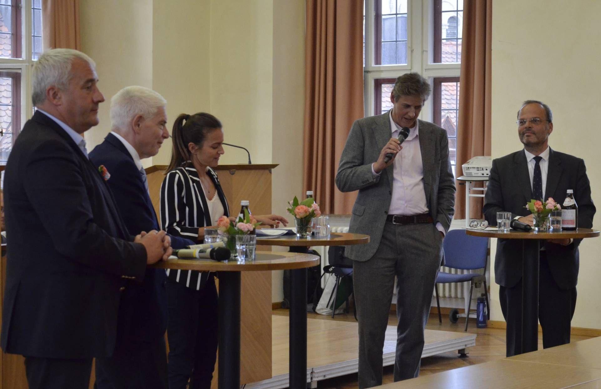 In lebhafter Diskussion über ein ernstes Thema (von links): Ludwig Spaenle, Josef Schuster, Ilanit Spinner, Marcus Funck und Felix Klein.