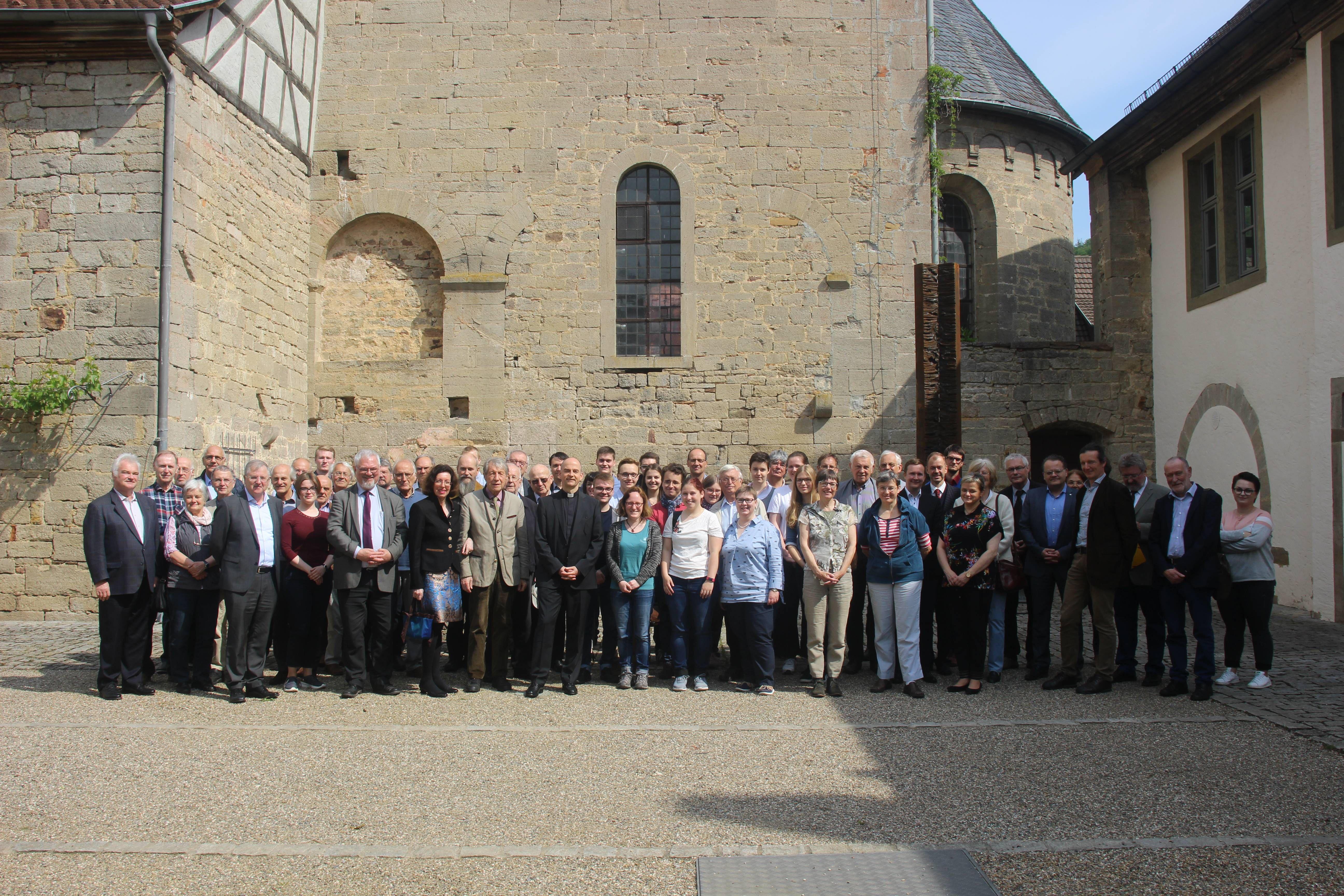 Gruppenbild der Historikertagung mit Bischof Franz (Mitte) im Innenhof des Klosters Wechterswinkel.