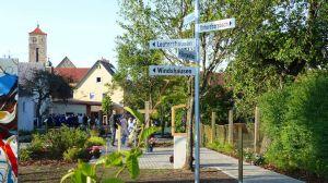 Zahlreiche Besucher nutzten den Eröffnungsabend, um sich gleich selbst mit dem neuen Markusgarten vertraut zu machen.
