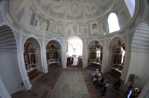 Mit einem Pontifikalgottesdienst ist am Freitag, 26. Juli, die Marienkirche auf der Würzburger Festung nach grundlegender Sanierung wiedereröffnet worden.