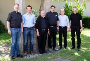 Einen Exerzitienkurs für Priester, die er vor fünf Jahren geweiht hat, hat Bischof em. Dr. Friedhelm Hofmann (3. von links) in der Abtei Münsterschwarzach gehalten. Von links: Andreas Hartung, Michael Schmitt, Sebastian Krems, Dr. Simon Schrott und Paul Reder.