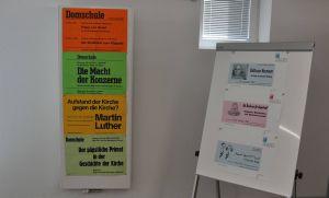 Aus dem Archivbestand der Domschule wurden exemplarisch besondere Dokumente aus der Vergangenheit wie diese  Plakate zur Ankündigung von Veranstaltungen zur Schau gestellt.