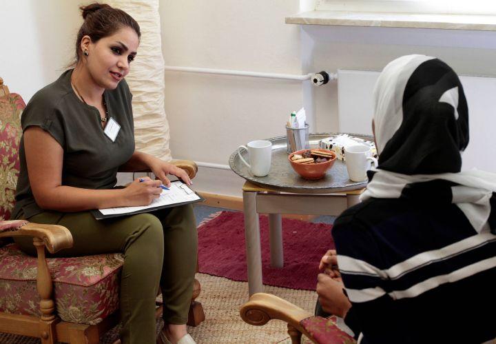 Parisa Zare Moayedi (links) arbeitet als Beraterin im Team von SoulTalk mit und spricht mit Geflüchteten im AnkER-Zentrum Schweinfurt über das, was sie bewegt.
