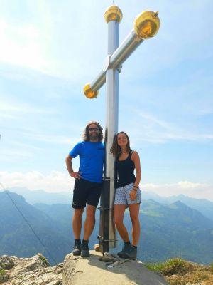 Theologin Beatrice Petrik aus Würzburg und einer der Jesus-Darsteller der Erler Passionsspiele, Erwin Kronthaler, bei einer Bergwanderung auf das Kranzhorn.