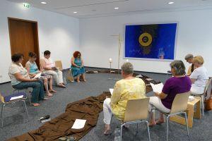 """Unter der Überschrift """"Schritt für Schritt"""" steht ein Gebetstreffen, zu dem die Würzburger Kirchenfrauenkonferenz jeweils donnerstags in das Martinushaus in Aschaffenburg einlädt."""