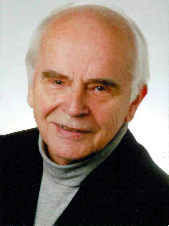 Pfarrer i. R. Konrad Frohmüller.