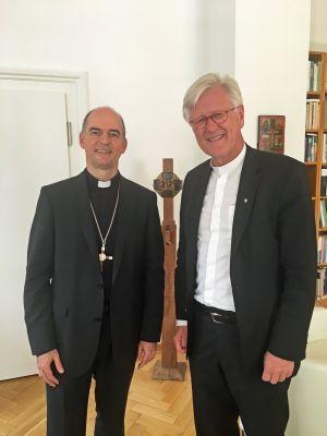 Bischof Dr. Franz Jung (links) traf in München den evangelisch-lutherischen Landesbischof Heinrich Bedford-Strohm .