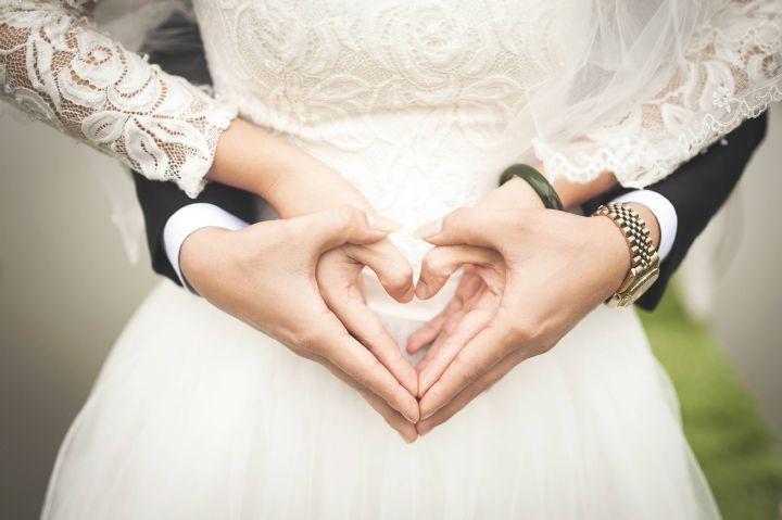 Ein konfessionsverbindendes Paar möchte heiraten. Egal ob die Trauung nach evangelischen oder katholischen Ritus stattfindet, sie ist nach dem Kirchenrecht beider Konfessionen gültig.