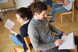 """Bei einem Spiel während des Ehevorbereitungsseminars """"Zu dir oder zu mir?"""" erklärt Katharina Pfeuffer, was Stefan Kefara zeichnen muss."""