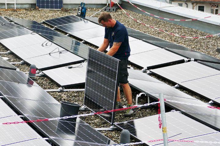 Auf dem Dach des Martinushauses in Aschaffenburg wird im Laufe des August eine Photovoltaik-Anlage installiert.