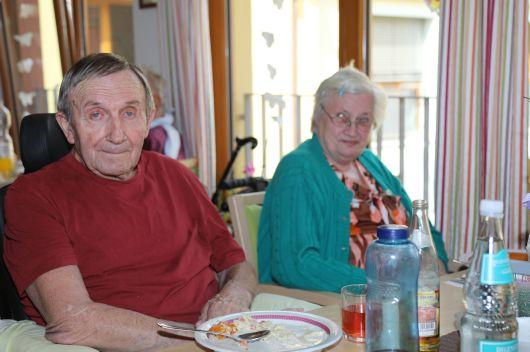 """In der Wohngruppe """"Steigerwald """" sitzen Bertold Schäflein und Sonja Nitschke gemeinsam zum Mittagessen bei Tisch."""