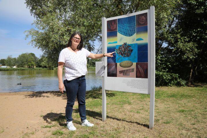 """Natur und Bild bilden beim """"Auferstehungsweg"""" immer eine Einheit, erklärt Pfarrerin Beate Hofmann-Landgraf anhand der 12. Station """"Am See Genezareth"""", die sich am Ufer des Irmelshäuser Badesees befindet."""