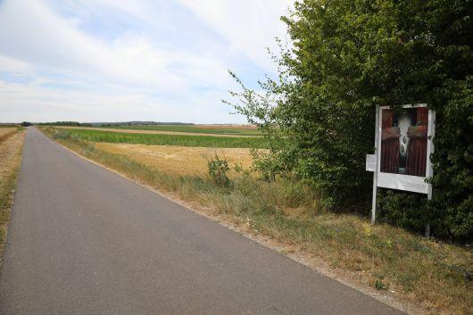 Der Auferstehungsweg beginnt am Ortsrand von Irmelshausen in Richtung Höchheim.