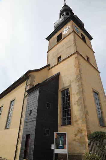 """""""Friede sei mit euch!"""", heißt die Station 3. Sie ist direkt am Fuß des Höchheimer Kirchturms zu finden."""