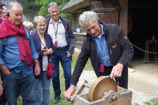Herbert Pfriem aus Großlangheim nutzte im Freilichtmuseum Rocca al Mare bei Tallinn, das einen Blick in die estnische Vergangenheit ermöglicht, die Gelegenheit sein Tassenmesser zu schärfen.