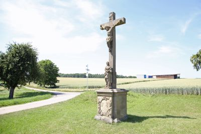 """Das """"Kreuz an der Ruhstatt"""". Links führt der Weg weiter durch Felder und Wiesen zur Brebersdorfer Straße."""