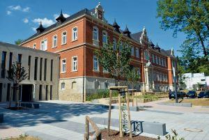 Die Carl-Sonnenschein-Schule nach der Sanierung, links der Zwischenbau.