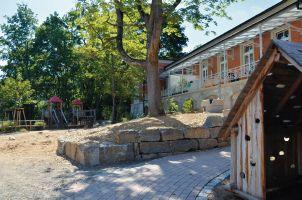 Im Außenbereich lockt ein Spielplatz. Die historischen Elemente der Terrasse blieben erhalten.