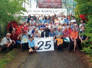 """Einige Helfer des 195 Personen starken Vereins """"Werke statt Worte"""" posieren für das Foto zum 25-jährigen Bestehen der Hilfsorganisation."""