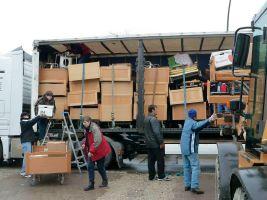 """Helfer von """"Werke statt Worte"""" verladen Krankenhausbetten in einen Lkw, der sie nach Südeuropa bringt."""