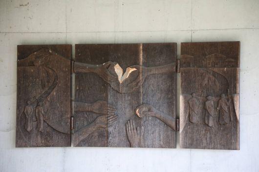 Diese Darstellung der Emmaus-Erzählung findet sich an der Kapelle beim Franziskusweg.