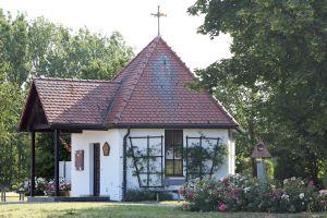 """Die Flurkapelle Sankt Therese ist Ausgangspunkt für den Theresienweg. Die erste Station trägt den Namen """"Gott""""."""