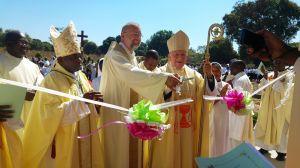 Bischof John C. Ndimbo, Pfarrer Nikolaus Hegler und Weihbischof Ulrich Boom (von links) durchschneiden das Band zur Einweihung des Schwesternhauses.