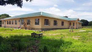 Am neuen Schwesternhaus erledigen Arbeiter letzte Arbeiten.